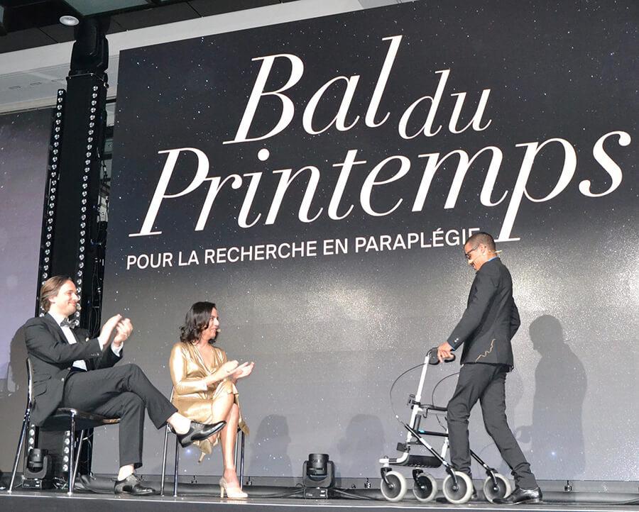 Profs Grégoire Courtine et Jocelyne Bloch saluant David Mzee debout sur scène