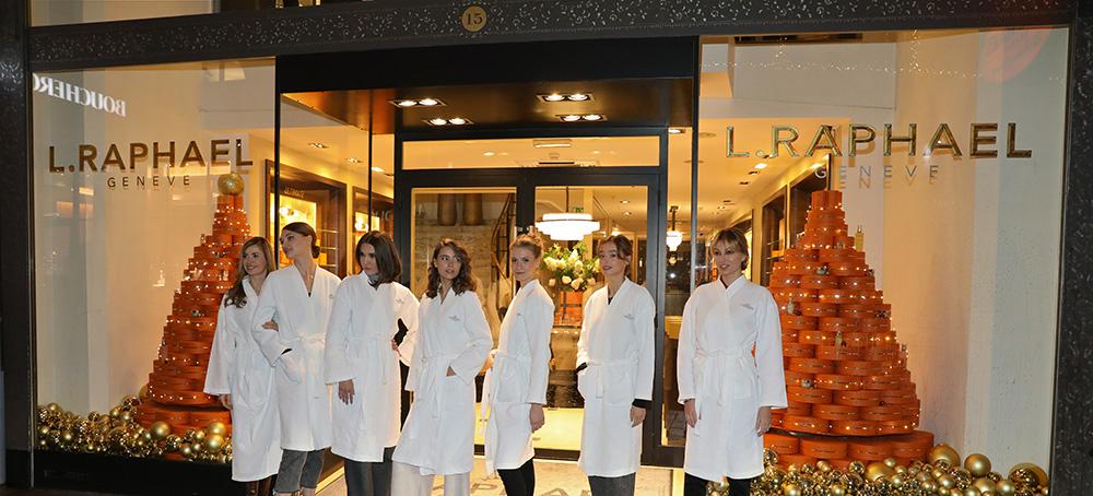 Les mannequins du défilé devant la Temple de la Beauté L.RAPHAEL à la rue du Rhône