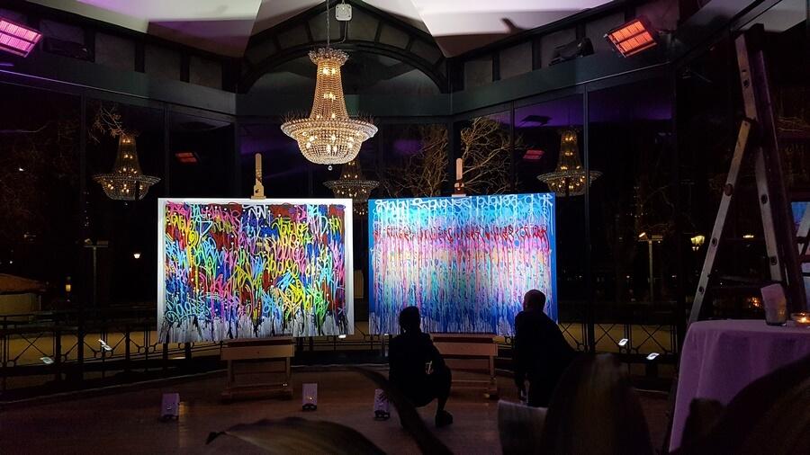 Les toiles de JonOne présentées pour la vente au Restaurant du Parc des Bastions après le concert