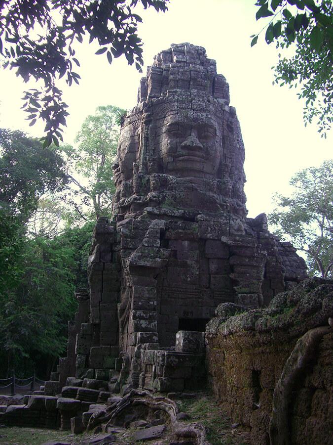 Géante tête Khmer typique des édifices d' Angkor Vat