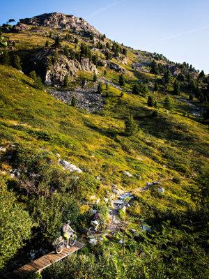 Course VTT sur la piste caillouteuse en pleine montagne