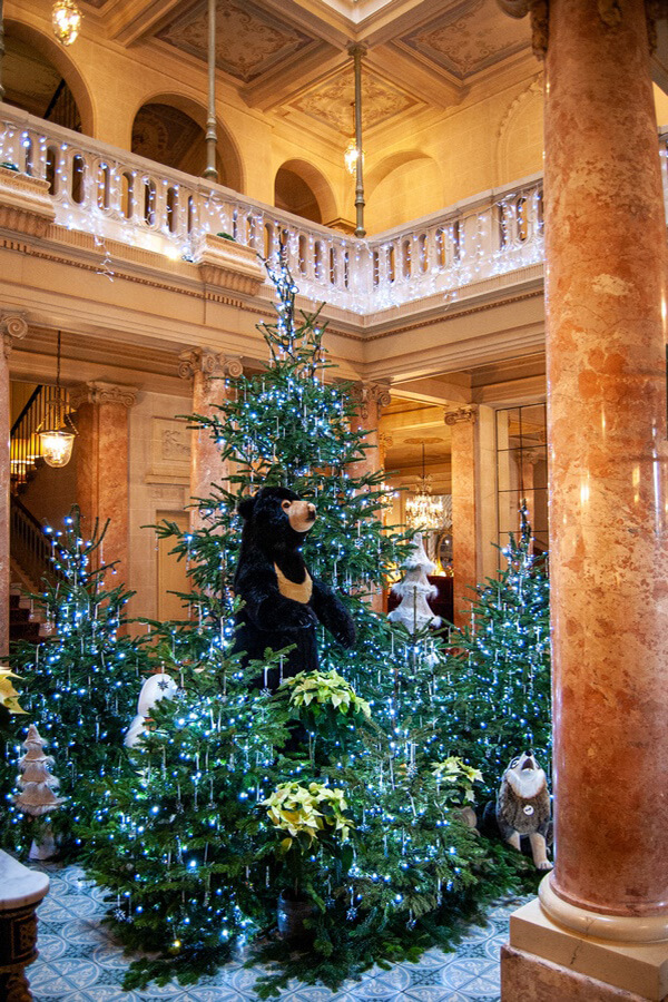 Aperçu des étages et l'élégant balcon donnant sur le lounge du Beau-Rivage