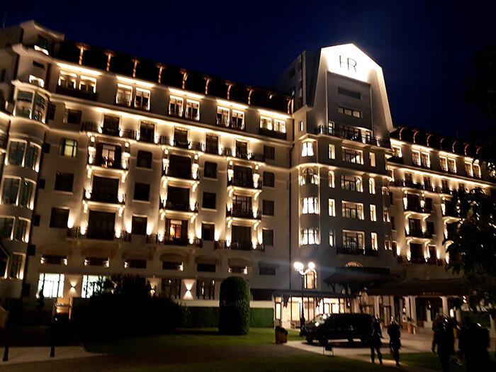 De nuit, l'imposante façade de l'Hôtel Royal (c)GAD