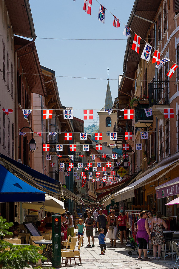 Une Grand Rue joliement animée à Bourg St.Maurice © Andy Parant -andyparant.com