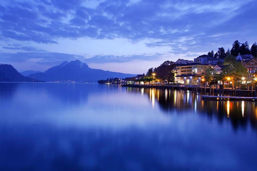 Weggis de nuit panorama sur le lac