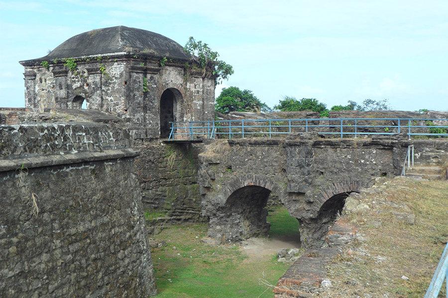 Les murs puissants des forteresses