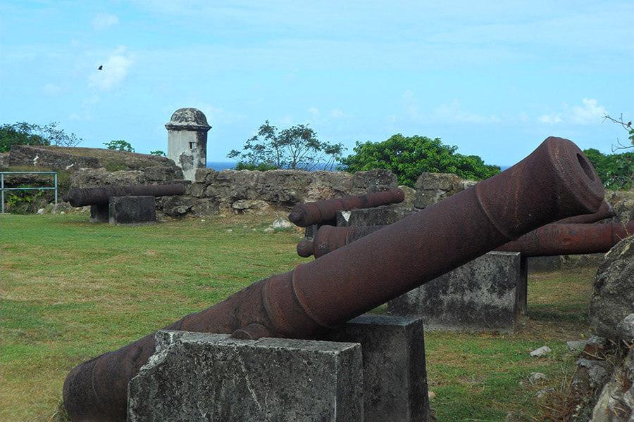 Les canons tournés vers la mer d'où venaient les pirates