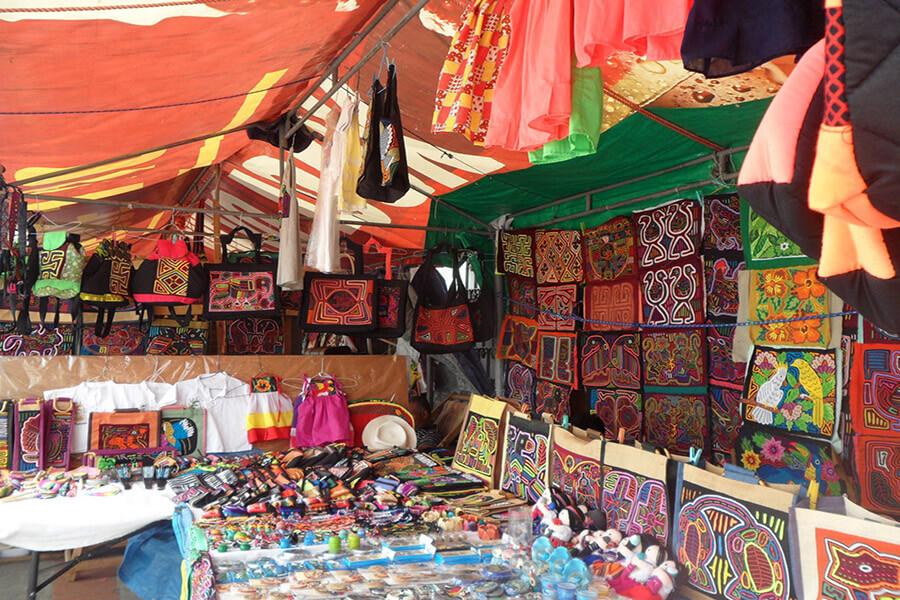 Sur les marchés pour touristes souvenirs très colorés