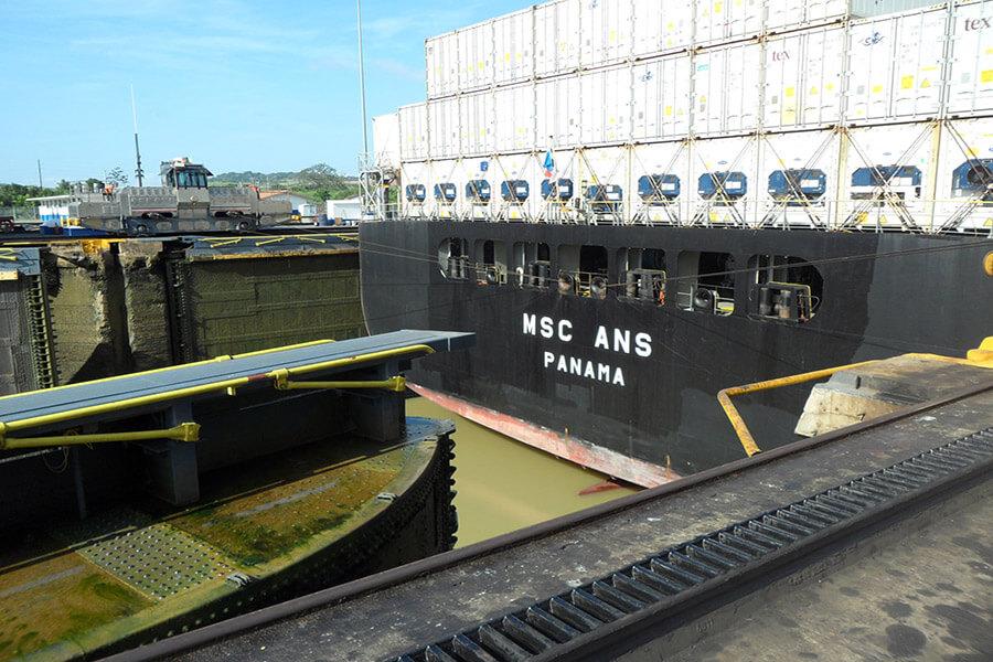 Passage d'une écluse par un conteneur chargé (C)G.A.-D.