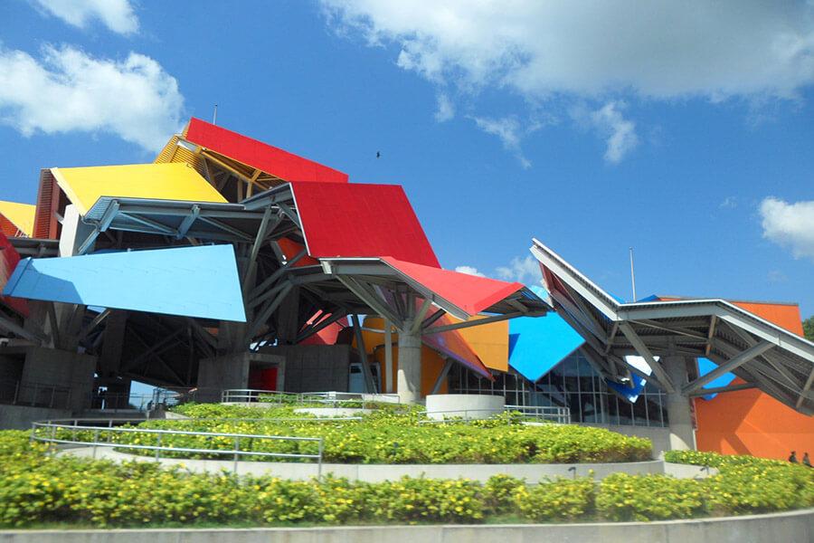 Des blocs géométriques colorés constituent le Musée de la Biodiversité (C)G.A.-D