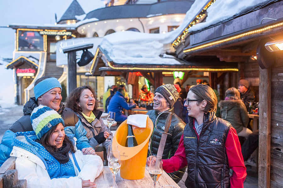 Retour de ski arrêt apéritif au centre d'Ischgl