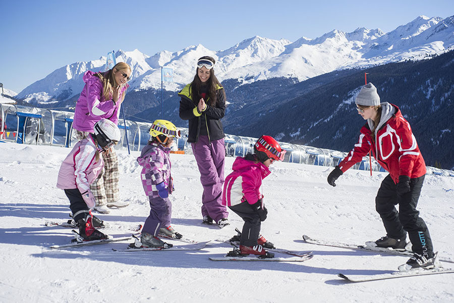 Les jeunes skieurs s'exerçant au schuss