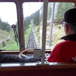 Le petit train historique amorçant la descente du Mont Pilate (c) G.A.-D