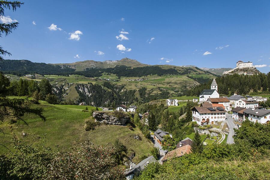 La vue en enfilade du village son clocher et le Château