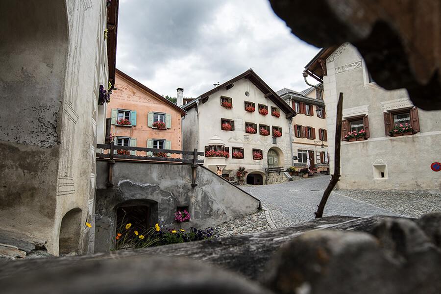 Charme des ruelles pavées serpentant entre les maisons (c) Dominik Täuber