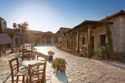 La place du village l'Agora typiquement grecque