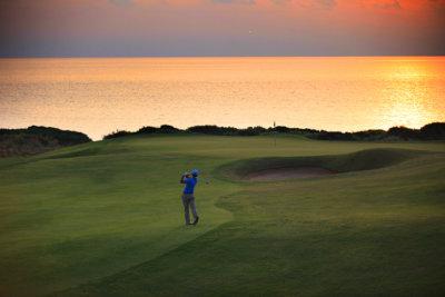 Au coucher du soleil sur le golf de Dunes Course