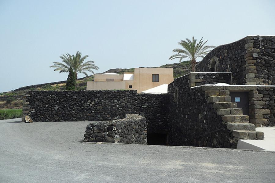 Roches sombres et peinture blanche une maison dans la tradition de Pantelleria (c) G.A.-D.