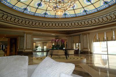 Un accueil monumental avec un majestueux dôme ouvragé (c) G.A.-D.
