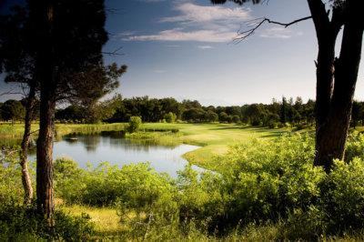 National Golf Club dans une vaste forêt de pins et d'eucalyptus