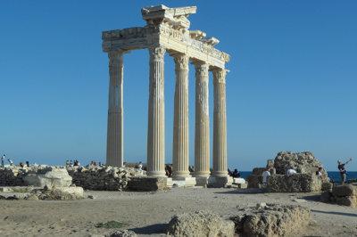 Side face à la mer les colonnes du Temple d'Apollon (c) G.A.-D.