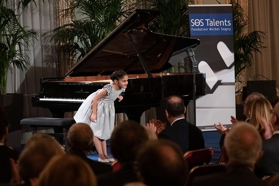 Lisa Megrelishvili la plus jeune interprète saluant le public