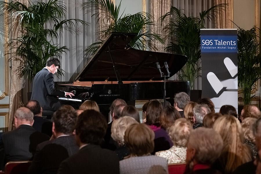 Au piano le jeune Géorgien 15 ans Ilia Lomtatidze