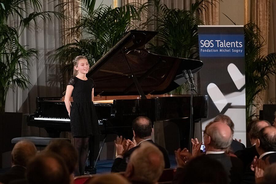 Saluant après son interprétation la lituanienne Marija Kalenicenko 12 ans