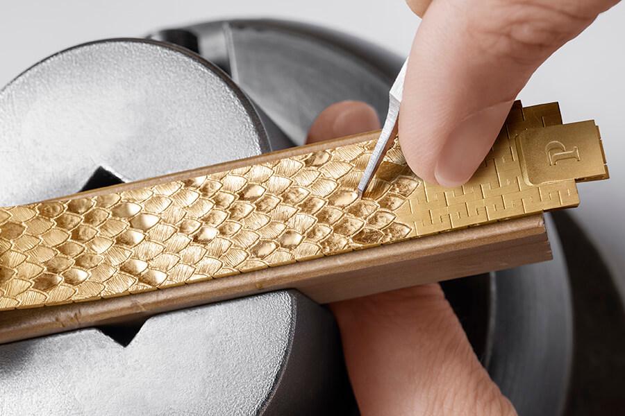Savoir-faire puisé dans le répertoire de l'atelier Piaget, bracelet en écailles d'or inspirés de la nature