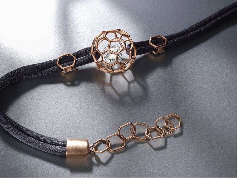 Ce bijou peut être réalisé en platine ou en différents ors
