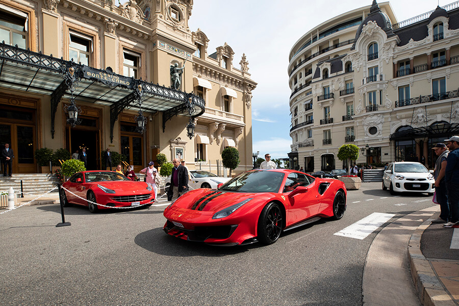 Place du Casino Charles Leclerc arrivant en Ferrari à Monaco