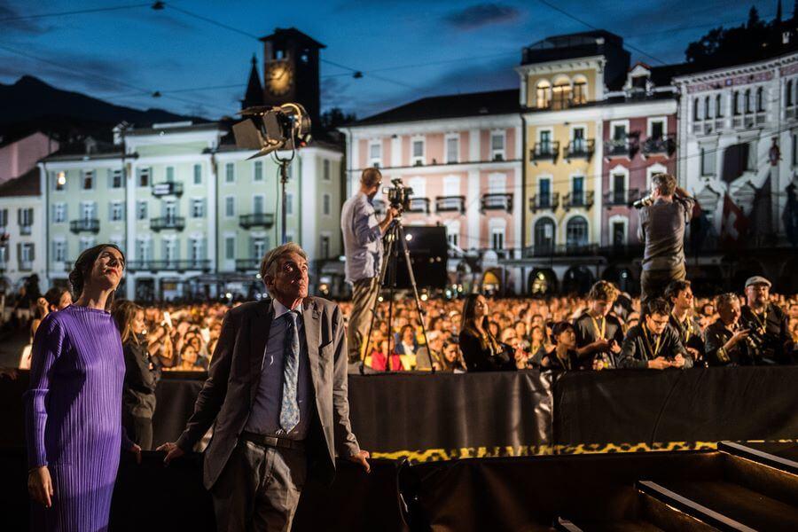 Devant l'écran géant Piazza Grande Lili Histin avec Marco Solari
