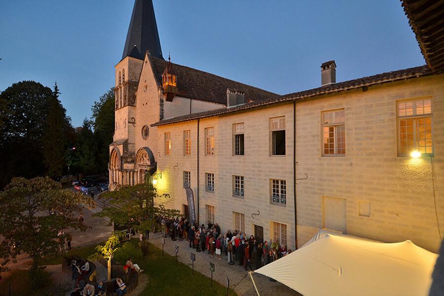Dans l'attente du concert les spectateurs impatients © Bertrand Pichene -CCR_Ambronay