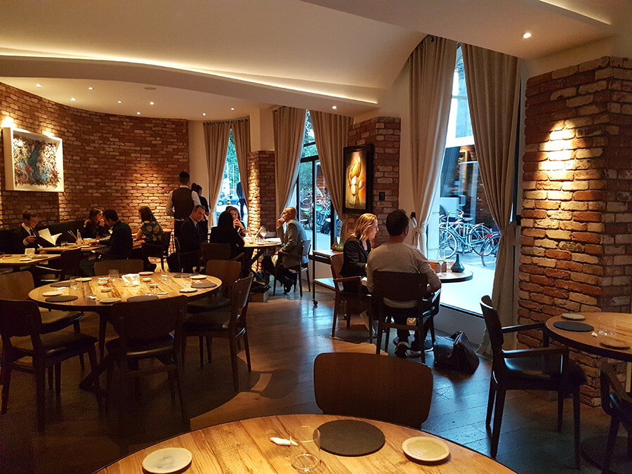 Vue sur la salle du restaurant La Bottega et son décor aux notes contemporaines minimalistes (c) G.A.-D.