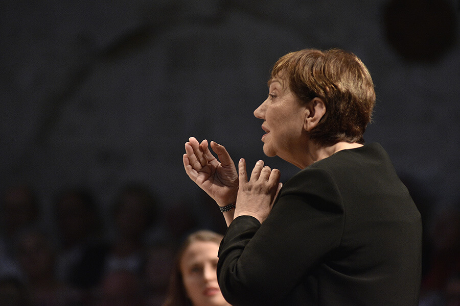 Nicole Corti dirigeant Miserere d'Allegri et Chorals de Bach ©Bertrand Pichene CCR Ambronay