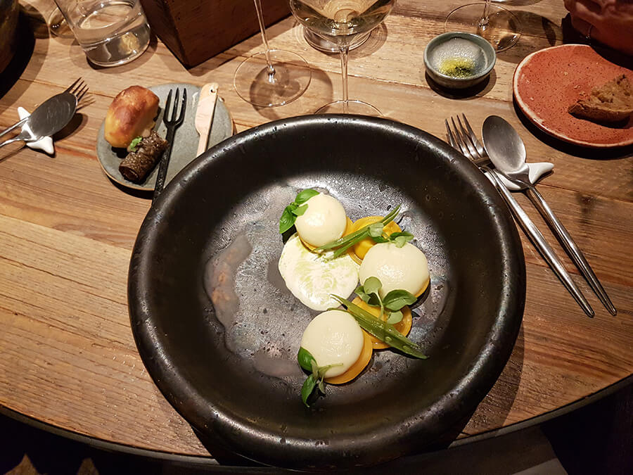 Plat de raviole et mozzarella dans un service exclusif en céramique design créé pour La Bottega (c)GAD