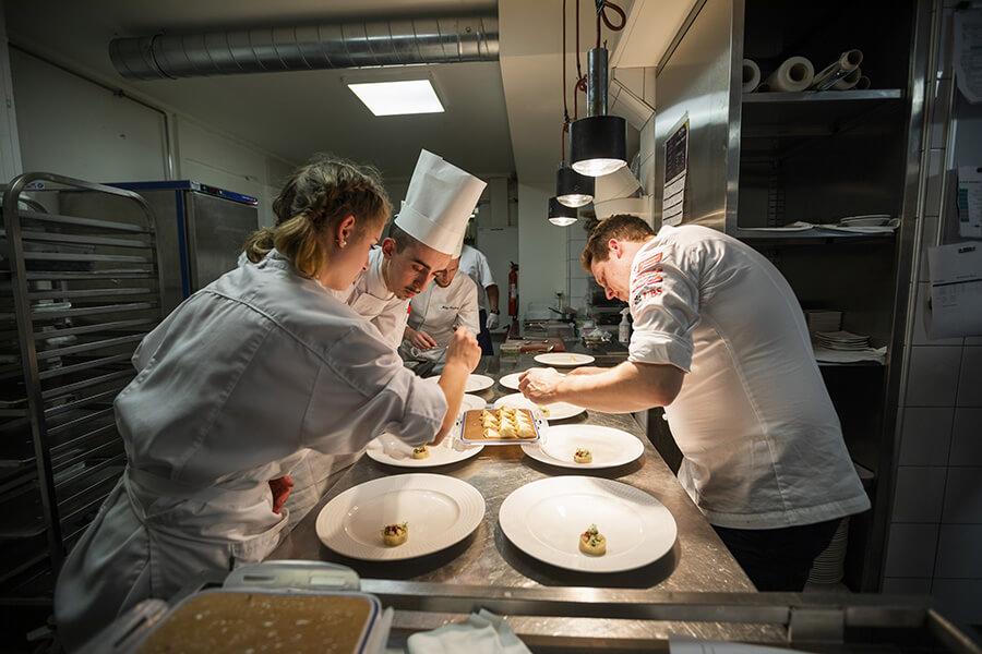 La brigade au travail en cuisine au Beau-Rivage Genève (c)KADI TCS 2019