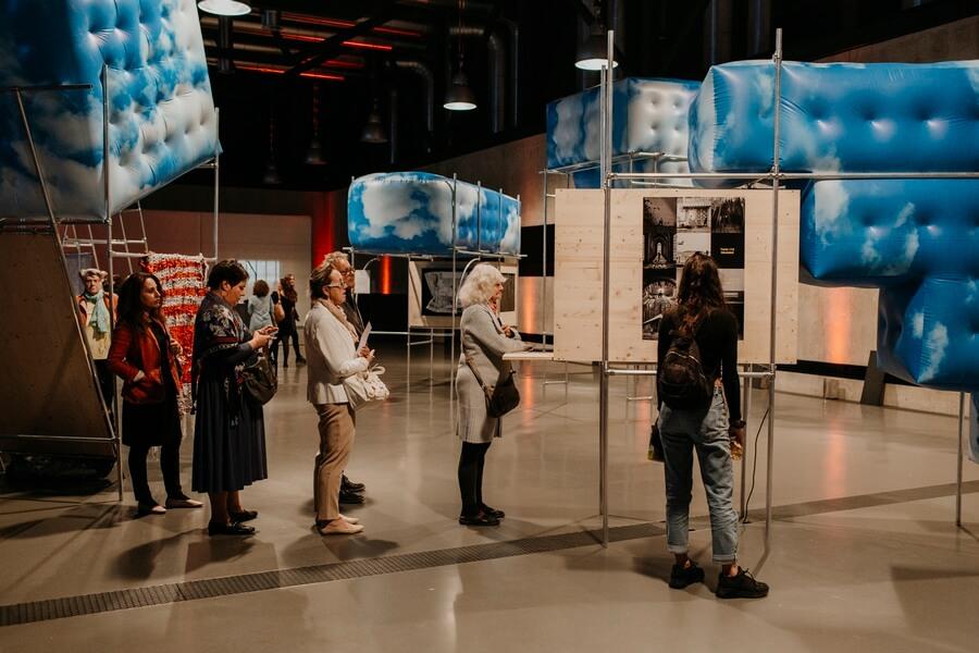 Le public admirant les projets retenus participant au Prix Art Humanite 2019 ®AliciaDubuis
