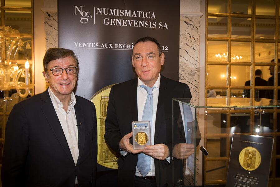 Christophe-Charles Rousselot et Alain Baron avec la médaille Notre-Dame