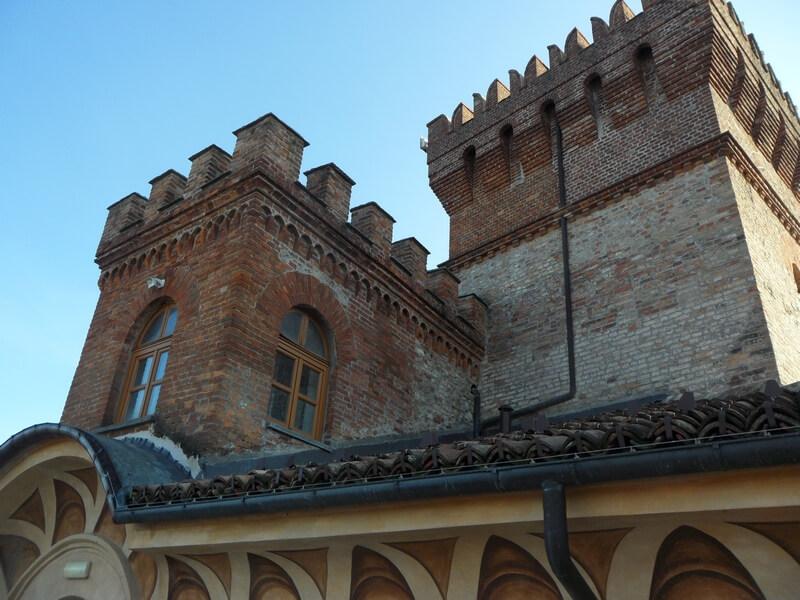 Les tours imposantes du Château de Barolo (c) GAD