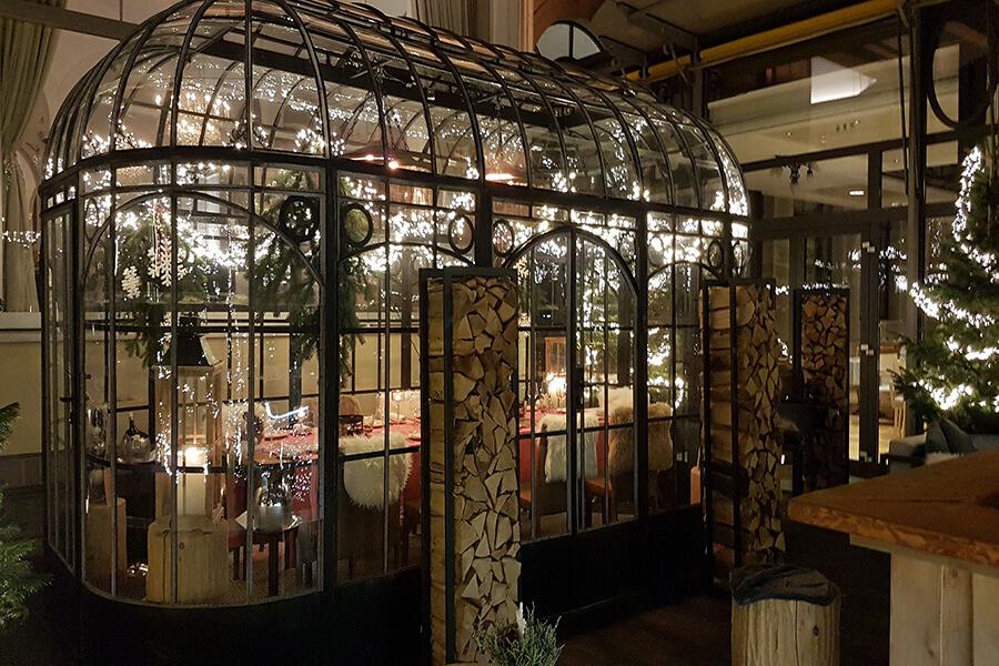 Sur la terrasse du Jardin d'hiver, la verrière toute en transparence illuminée