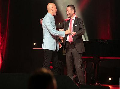 Aurel Bacs remettant son Prix Spécial du Jury à Luc Pettavino Only Watch (c) G-Maillot-point-of-views-ch-