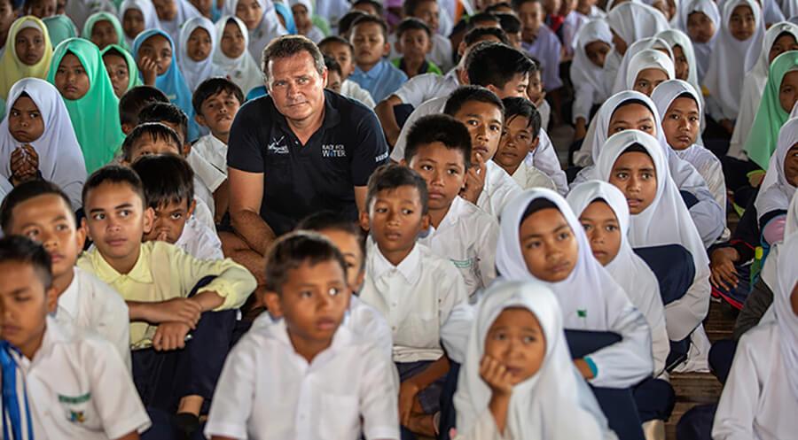 Marco Simeoni à l'Ecole de Pulau Gaya à Bornéo (c) Peter Charaf