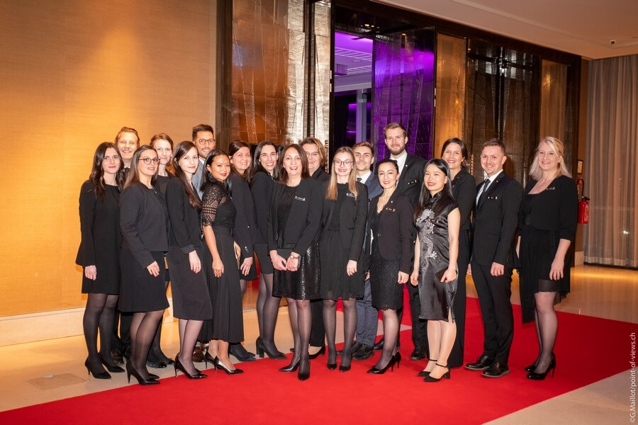 Le Team de l'Hôtel entourant Anna-Lisa Repetto IHG Switzerland Marketing & Communication Manager ®G.Maillot-point-of-views.ch