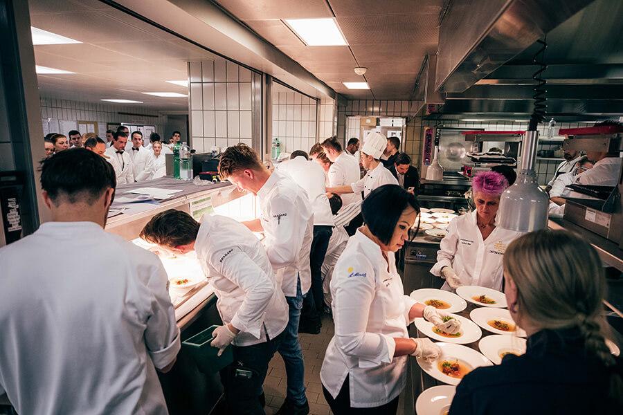 Les Chefs en cusine excitation avant le rush de la soirée de gala Porsche Gourmet Finale2020