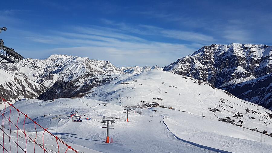 Vue sur les grands espaces blancs et les pistes des hauteurs de Mottolino Fun Mountain (c) GAD