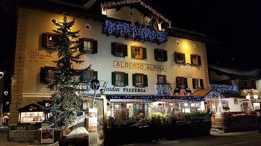 Ambiance festive et colorée le long des rue marchandes de Livigno (c)GAD
