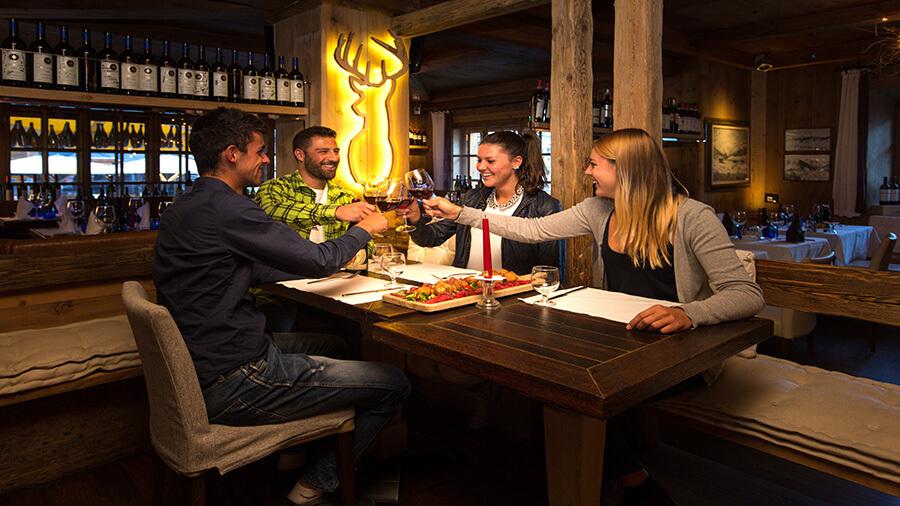 Ambiance joyeuse décontractée dans un restaurant du centre (c) roby trab-
