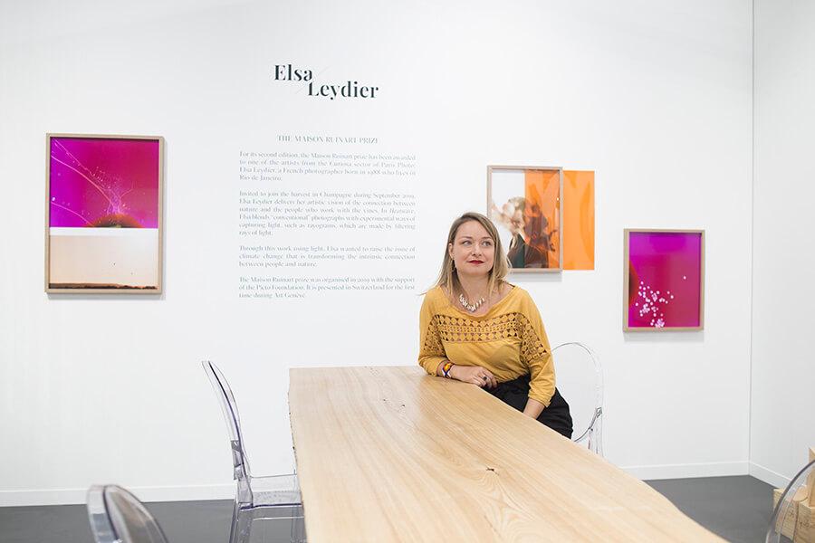Elsa Leydier devant ses oeuvres sur le stand Ruinart à Artgenève
