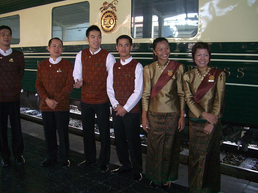 Le personnel d'accueil séquence tapis rouge pour les voyageurs (c) GAD